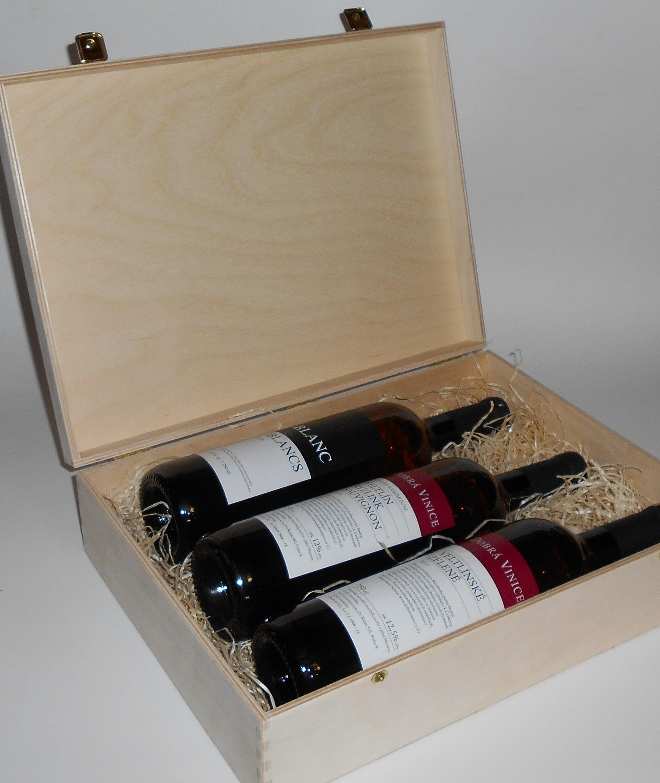 3 lahve vína z vinařství DOBRÁ VINICE v dřevěné kazetě – Blanc de Blancs 2015, Kambrium 2014, Veltlínské zelené 2015